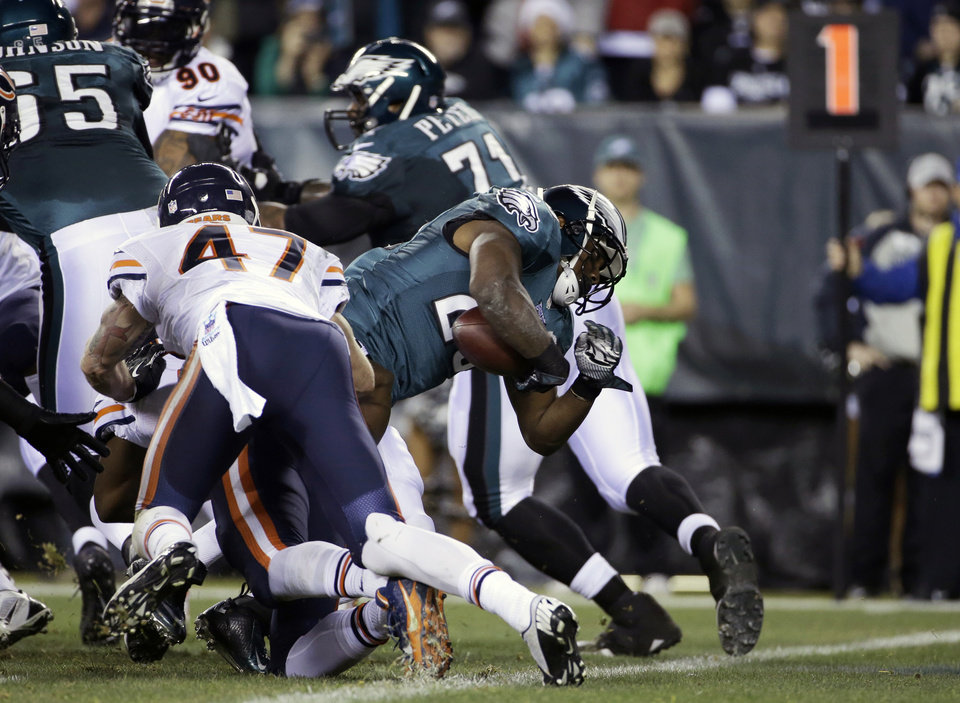 Photo - Philadelphia Eagles' LeSean McCoy scores a touchdown during the first half of an NFL football game against the Chicago Bears, Sunday, Dec. 22, 2013, in Philadelphia. (AP Photo/Matt Rourke)