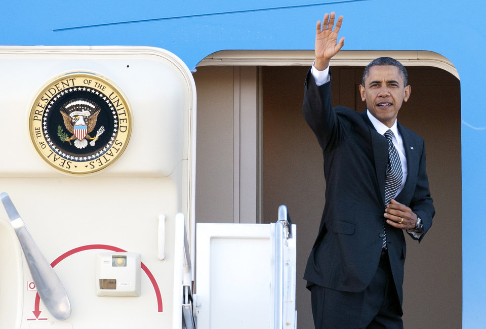 Photo -   President Barack Obama waves as he boards Air Force One at Andrews Air Force Base, Md., Saturday, Nov. 17, 2012, en route to Southeast Asia. (AP Photo/Cliff Owen)