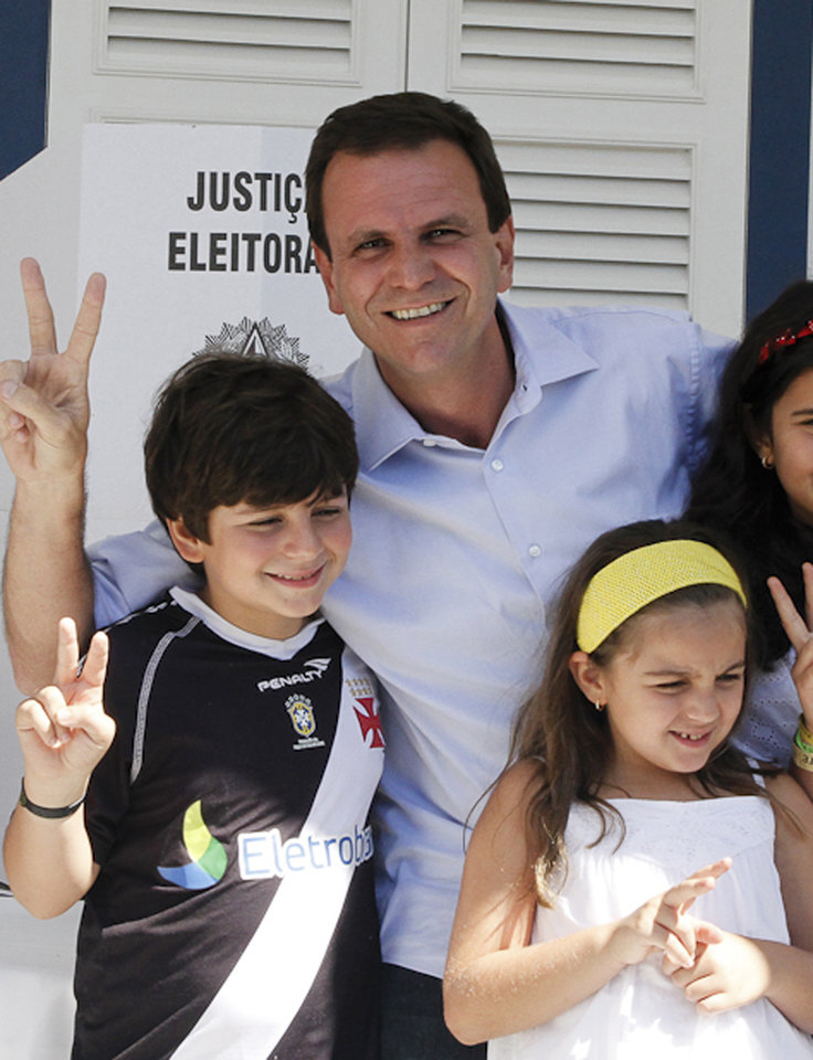 Photo -   In this photo released by Somos Um Rio, Rio de Janeiro's Mayor Eduardo Paes poses with his children after voting in municipal elections as he runs for re-election, in Rio de Janeiro, Brazil, Sunday, Oct. 7, 2012. Voters across Latin America's biggest country are electing mayors and municipal council members. (AP Photo/Somos Um Rio, Tata Barreto)