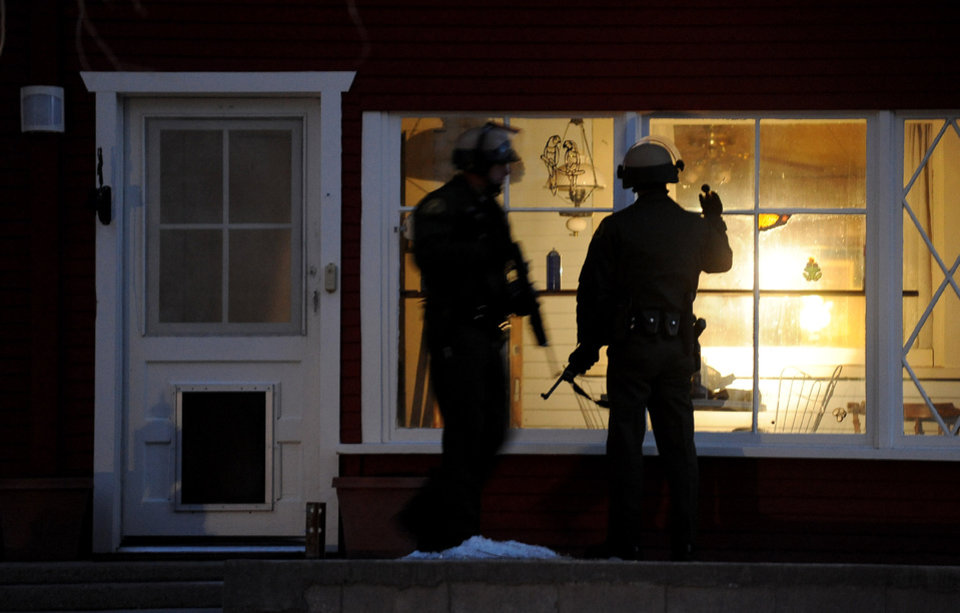 Police officers check a house along Switzerland Avenue for murder suspect, former Los Angeles Police Department Officer Christopher Dorner, Thursday, Feb. 7, 2013, in Big Bear Lake, Calif. (AP Photo/Los Angeles Times, Wally Skalij)  NO FORNS; NO SALES; MAGS OUT; ORANGE COUNTY REGISTER OUT; LOS ANGELES DAILY NEWS OUT; VENTURA COUNTY STAR OUT; INLAND VALLEY DAILY BULLETIN OUT; MANDATORY CREDIT, TV OUT