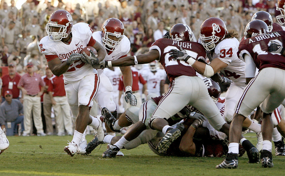 Photo - OU's Chris Brown runs for a touchdown during the college football game between the University of Oklahoma and Texas A&M University at Kyle in College Station, Texas, Saturday, November 8, 2008.  BY BRYAN TERRY, THE OKLAHOMAN