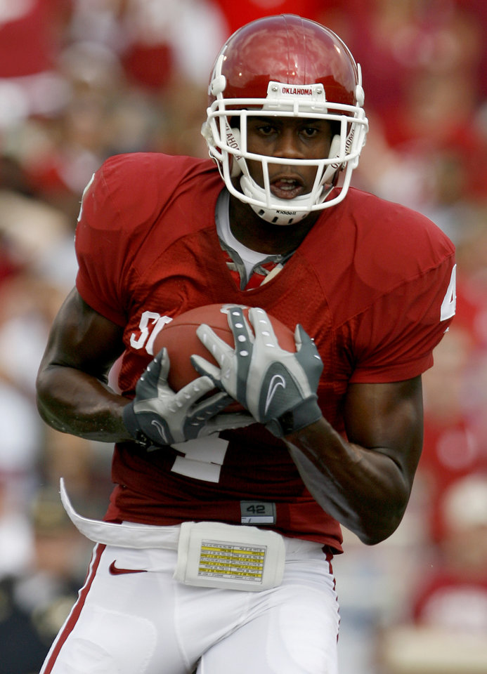 Photo - Malcolm Kelly catches a touchdown pass in the first half during the University of Oklahoma Sooners (OU) college football game against Utah State at the Gaylord Family -- Oklahoma Memorial Stadium, on Saturday, Sept. 15, 2007, in Norman, Okla.  By Bryan Terry, The Oklahoman     ORG XMIT: KOD