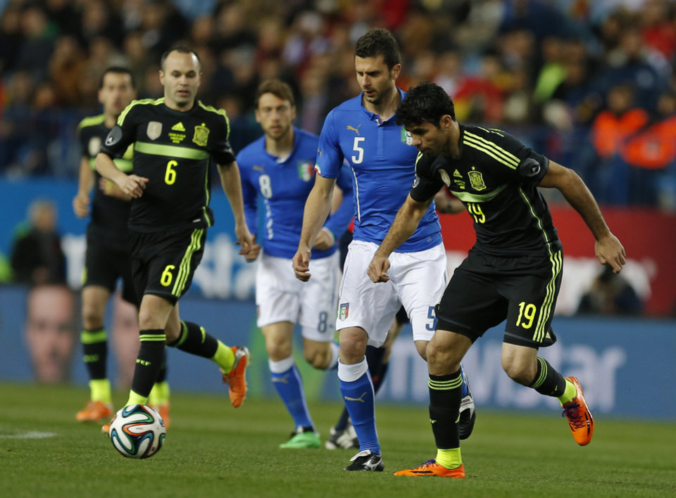 Photo - Spain's Diego Costa, right controls the ball during a friendly soccer match against Italy at the Vicente Calderon stadium in Madrid, Wednesday March 5, 2014. (AP Photo/Paul White)