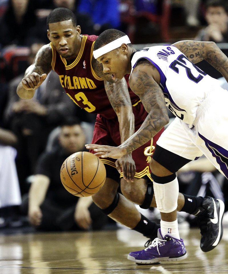 Photo - Cleveland Cavaliers forward Alonzo Gee, left, and Sacramento Kings guard Isaiah Thomas scramble after the ball during the first quarter of an NBA basketball game in Sacramento, Calif., Monday, Jan. 14, 2013. (AP Photo/Rich Pedroncelli)
