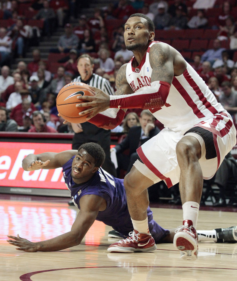Photo - Oklahoma Sooners' Romero Osby loses his opponent Kansas State Wildcats' Nino Williams (11) and goes to the basket for a two-point dunk in the second half as the University of Oklahoma (OU) Sooners defeat the Kansas State Wildcats 82-73 in men's college basketball at the Lloyd Noble Center on Saturday, Jan. 14, 2012, in Norman, Okla.  Photo by Steve Sisney, The Oklahoman