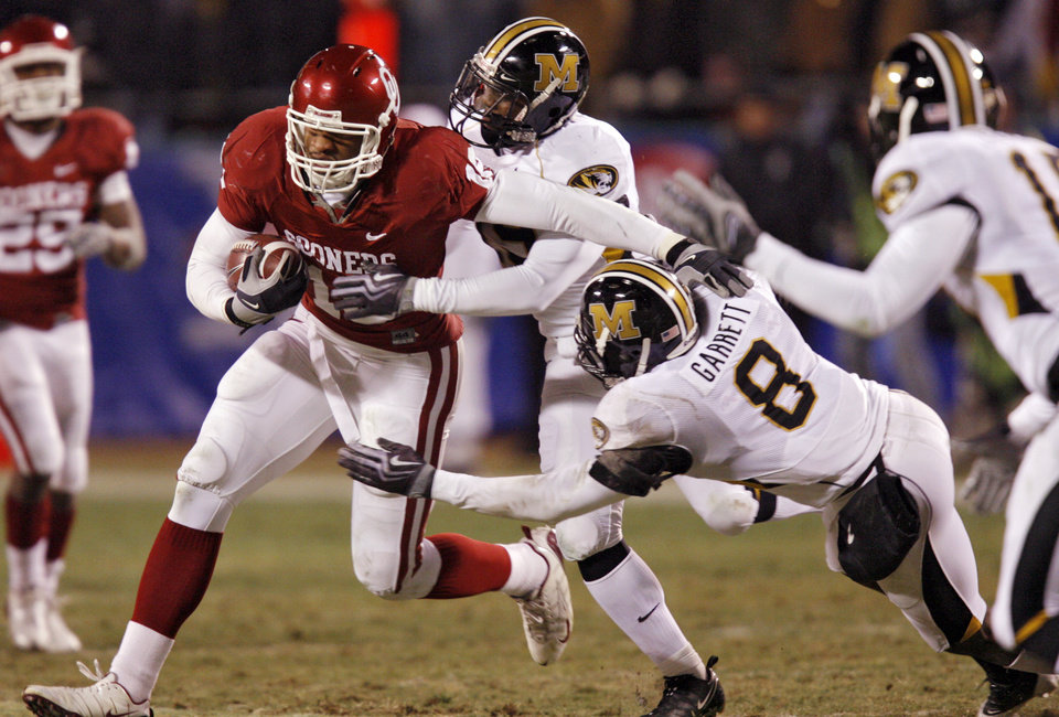 Photo - Oklahoma's Jermaine Gresham (18) gets past the Missouri defense during the first half of the Big 12 Championship college football game between the University of Oklahoma Sooners (OU) and the University of Missouri Tigers (MU) on Saturday, Dec. 6, 2008, at Arrowhead Stadium in Kansas City, Mo. 