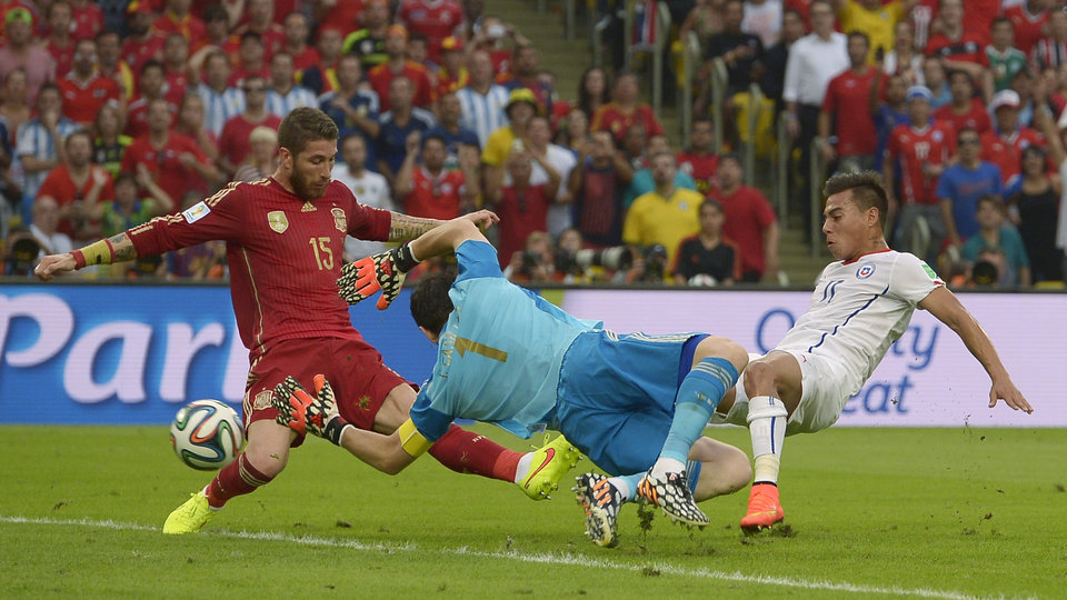 Photo - Chile's Eduardo Vargas, right, scores the opening goal during the group B World Cup soccer match between Spain and Chile at the Maracana Stadium in Rio de Janeiro, Brazil, Wednesday, June 18, 2014.  (AP Photo/Manu Fernandez)