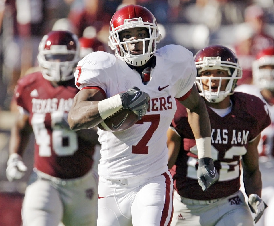 Photo - OU's DeMarco Murray runs on a long carry in the first quarter during the college football game between the University of Oklahoma (OU) and Texas A&M University (TAMU) at Kyle Field in College Station, Texas, Saturday, Nov. 8, 2008. BY NATE BILLINGS, THE OKLAHOMAN ORG XMIT: KOD