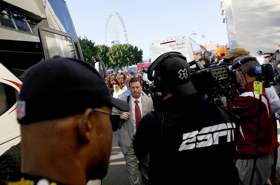 Photo - OU coach Bob Stoops arrives before the Red River Rivalry college football game between the University of Oklahoma Sooners (OU) and the University of Texas Longhorns (UT) at the Cotton Bowl in Dallas, Texas, Saturday, Oct. 17, 2009. Photo by Bryan Terry, The Oklahoman