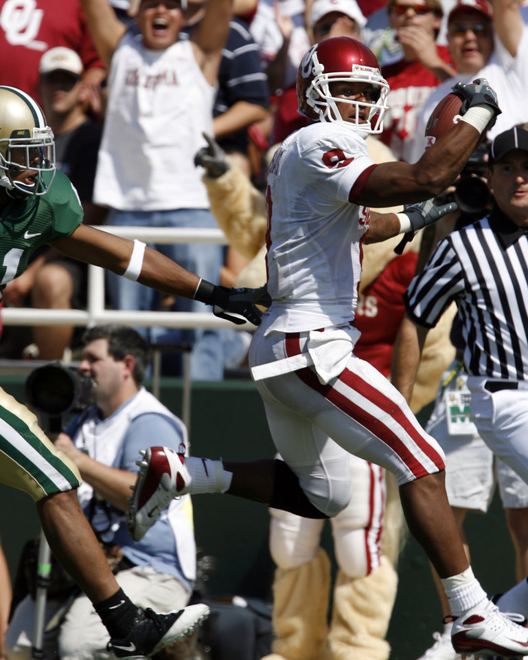 Photo - Juaquin Iglesias scores on a pass play in the first half during the college football game between Oklahoma (OU) and Baylor University at Floyd Casey Stadium in Waco, Texas, Saturday, October 4, 2008.   BY STEVE SISNEY, THE OKLAHOMAN