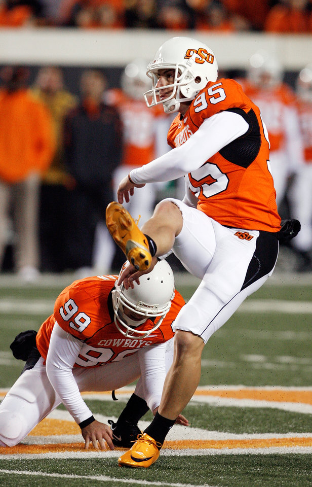 Photo - Dan Bailey (95) kicks a 51 yard field goal to make the score 30-17 during the second half of the college football game between Oklahoma State University (OSU) and the University of Missouri (MU) at Boone Pickens Stadium in Stillwater, Okla. Saturday, Oct. 17, 2009.  Photo by Steve Sisney, The Oklahoman
