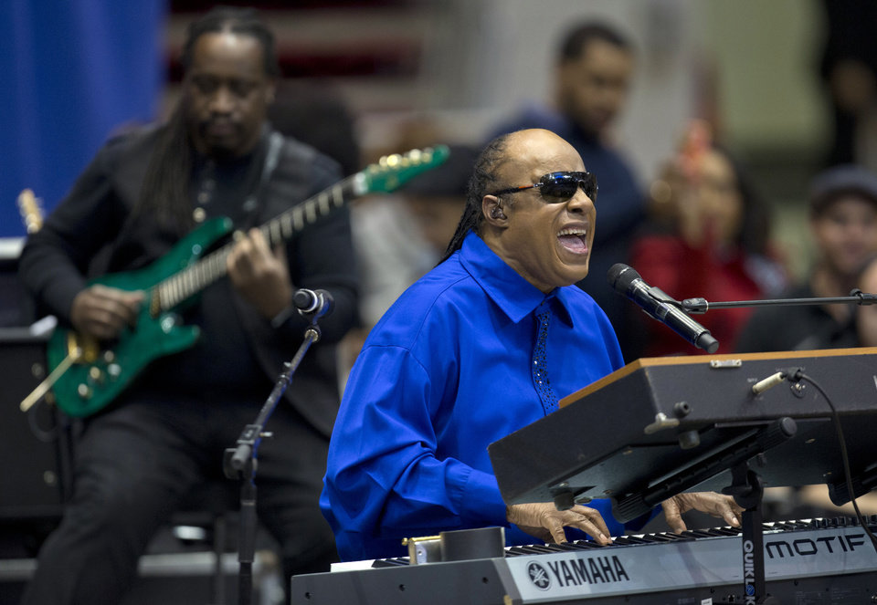 Photo -   Singer Stevie Wonder performs before President Barack Obama speaks at a campaign event at the Fifth Third Arena on the University of Cincinnati campus, Sunday, Nov. 4, 2012, in Cincinnati. (AP Photo/Carolyn Kaster)