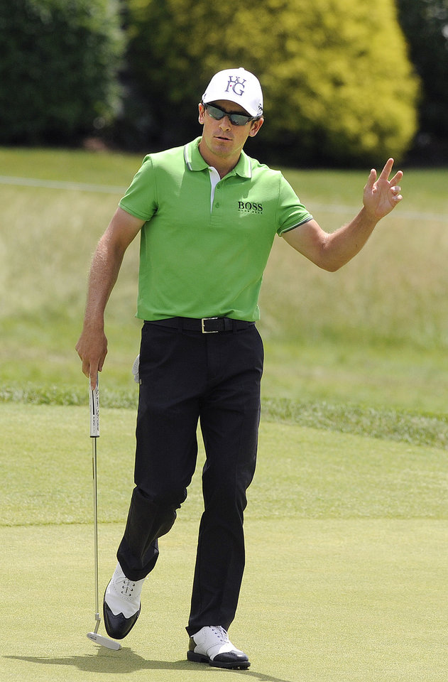 Photo - Scott Langley waves to the crowd on the eighth green during the second round of the Travelers Championship golf tournament in Cromwell, Conn., Friday, June 20, 2014. (AP Photo/Fred Beckham)