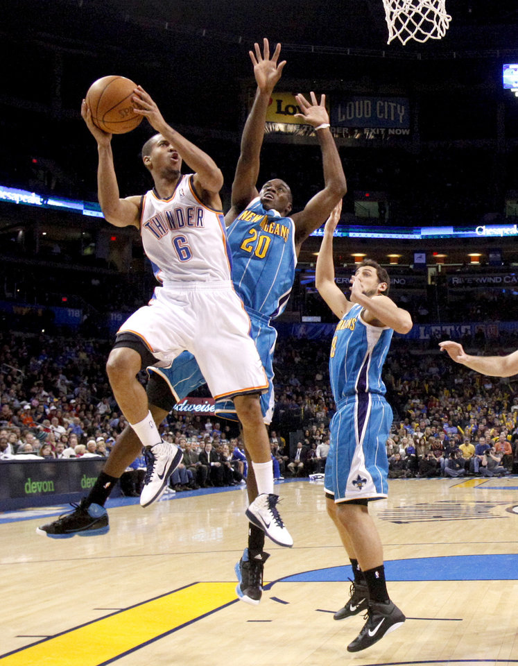 Photo - Oklahoma City's Eric Maynor (6)goes past New Orleans' Quincy Pondexter (20) and New Orleans' Marco Belinelli (8) during the NBA basketball game between the Oklahoma City Thunder and the New Orleans Hornets, Wednesday, Feb. 2, 2011 at the Oklahoma City Arena. Photo by Bryan Terry, The Oklahoman
