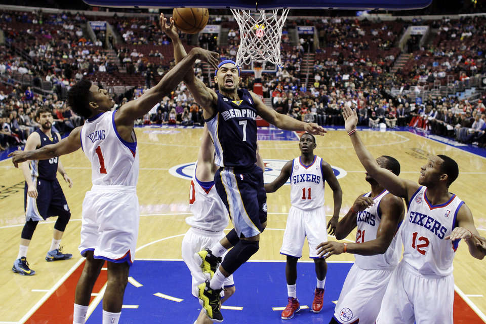 Memphis Grizzlies\' Jerryd Bayless (7) shoots against Philadelphia 76ers\' Nick Young (1), Spencer Hawes, obscured, Jrue Holiday (11), Thaddeus Young (21) and Evan Turner (12) during the first half of an NBA basketball game, Monday, Jan. 28, 2013, in Philadelphia. (AP Photo/Matt Slocum)