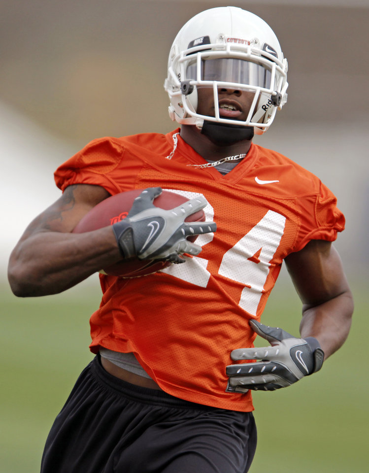 Photo - OSU's Kendall Hunter (24) runs with the ball during spring practice for the Oklahoma State University (OSU) college football team at the practice field in Stillwater, Okla., Monday, March 9, 2009. PHOTO BY NATE BILLINGS, THE OKLAHOMAN ORG XMIT: KOD