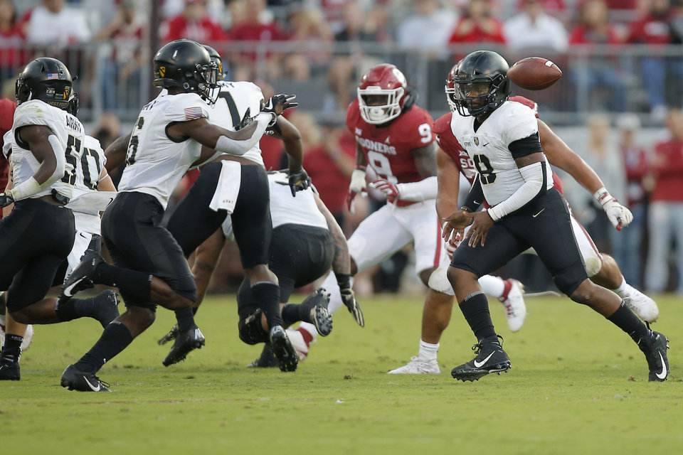 Photo - Army's Kelvin Hopkins Jr. (8) pitches to Glen Coates (6) during a college football game between the University of Oklahoma Sooners (OU) and the Army Black Knights at Gaylord Family-Oklahoma Memorial Stadium in Norman, Okla., Saturday, Sept. 22, 2018. Photo by Bryan Terry, The Oklahoman
