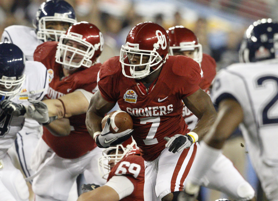 Photo - Oklahoma's Demarco Murray (7) runs during the Fiesta Bowl college football game between the University of Oklahoma Sooners and the University of Connecticut Huskies in Glendale, Ariz., at the University of Phoenix Stadium on Saturday, Jan. 1, 2011.  Photo by Bryan Terry, The Oklahoman