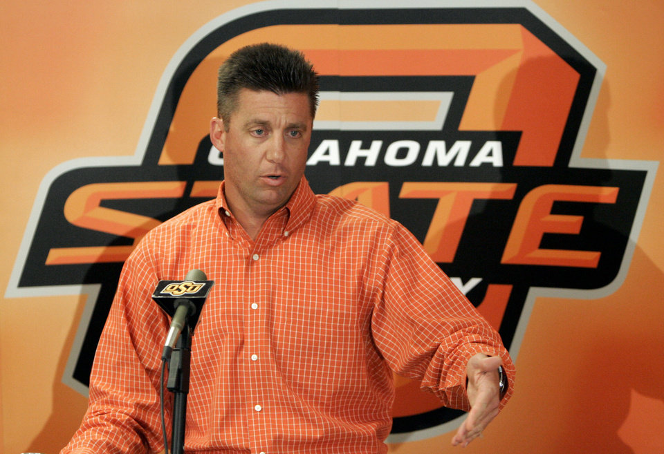 Photo - Head coach Mike Gundy answers a question during the weekly Oklahoma State University (OSU) college football press conference at Boone Pickens Stadium in Stillwater, Okla. Monday, Nov. 5, 2007. BY MATT STRASEN, THE OKLAHOMAN ORG XMIT: KOD
