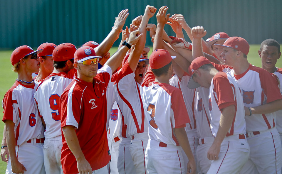 Photo - Former Major League Baseball player and current head coach of the Binger-Oney High School baseball team Reggie Willits huddles up with his team during pre game on Thursday, Sept. 20, 2012, in Binger, Okla. Photo by Chris Landsberger, The Oklahoman