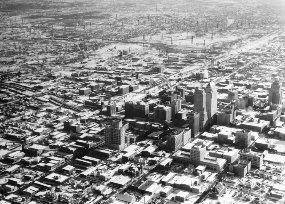 OKLAHOMA CITY / SKY LINE / OKLAHOMA / AERIAL VIEWS / AERIAL PHOTOGRAPHY / AIR VIEWS:  No caption.  Photo undated and published 12/16/1932 in The Daily Oklahoman.