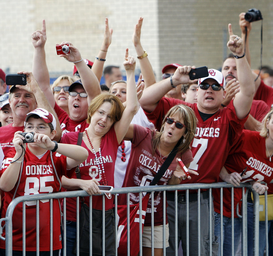 Photo - Oklahoma fans cheer and take pictures as the Sooners arrive at the stadium before the Red River Rivalry college football game between the University of Oklahoma Sooners (OU) and the University of Texas Longhorns (UT) at the Cotton Bowl in Dallas, Friday, Oct. 7, 2011. Photo by Nate Billings, The Oklahoman