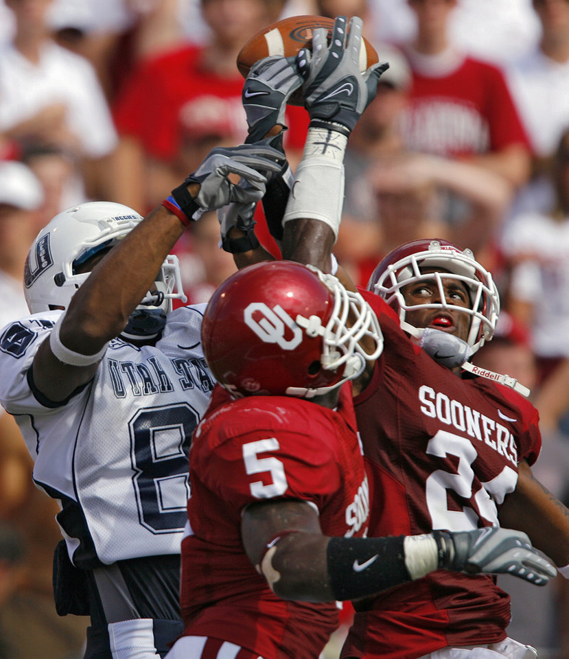 Photo - Oklahoma's Nic Harris (5) and Marcus Walker (24) break up a pass for Utah State's Nnamdi Gwacham (81) in the end zone during the first half during the University of Oklahoma Sooners (OU) college football game against the Utah State University Aggies (USU) at the Gaylord Family -- Oklahoma Memorial Stadium, on Saturday, Sept. 15, 2007, in Norman, Okla.     By CHRIS LANDSBERGER, The Oklahoman  ORG XMIT: KOD