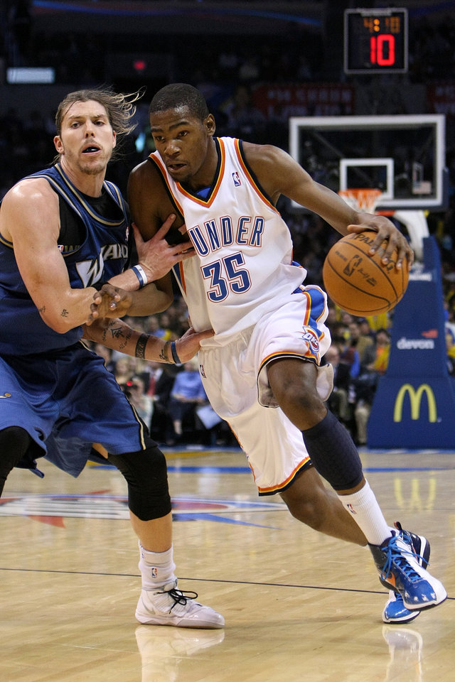 Photo - OKLAHOMA CITY THUNDER / WASHINGTON WIZARDS / NBA BASKETBALL: Oklahoma City Thunder forward Kevin Durant drives past Wizards guard Mike Miller during the Thunder - Wizards game November 20, 2009 in the Ford Center in Oklahoma City.    BY HUGH SCOTT, THE OKLAHOMAN ORG XMIT: KOD