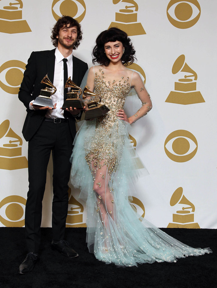 Photo - Gotye, left, and Kimbra pose backstage with the award for best pop duo/group performance for