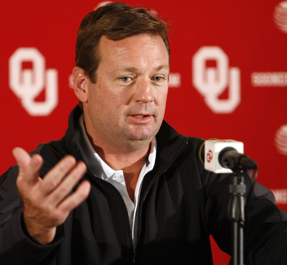 Photo - UNIVERSITY OF OKLAHOMA, OU FOOTBALL, COACH: Bob Stoops answers questions during his press conference on Tuesday, Sept. 29, 2009, in Norman, Okla.   Photo by Steve Sisney, The Oklahoman. ORG XMIT: KOD