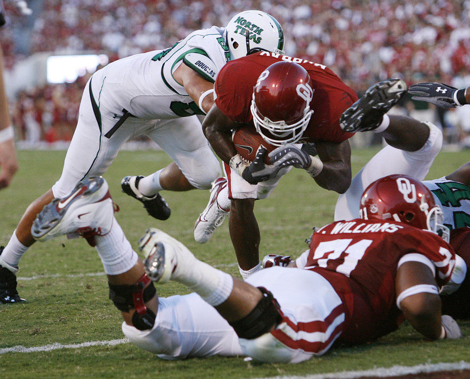 Photo - Oklahoma's DeMarco Murry (7) dives into the endzone for a touchdown in the first half during the University of Oklahoma Sooners (OU) college football game against the University of North Texas Mean Green (UNT) at the Gaylord Family - Oklahoma Memorial Stadium, on Saturday, Sept. 1, 2007, in Norman, Okla.