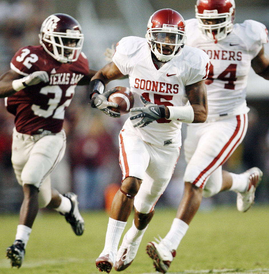 Photo - OU's Dominique Franks returns a fumble for a touchdown in front of Texas A&M's Cyrus Gray, left, and OU's Frank Alexander in the third quarter during the college football game between the University of Oklahoma (OU) and Texas A&M University (TAMU) at Kyle Field in College Station, Texas, Saturday, Nov. 8, 2008. BY NATE BILLINGS, THE OKLAHOMAN