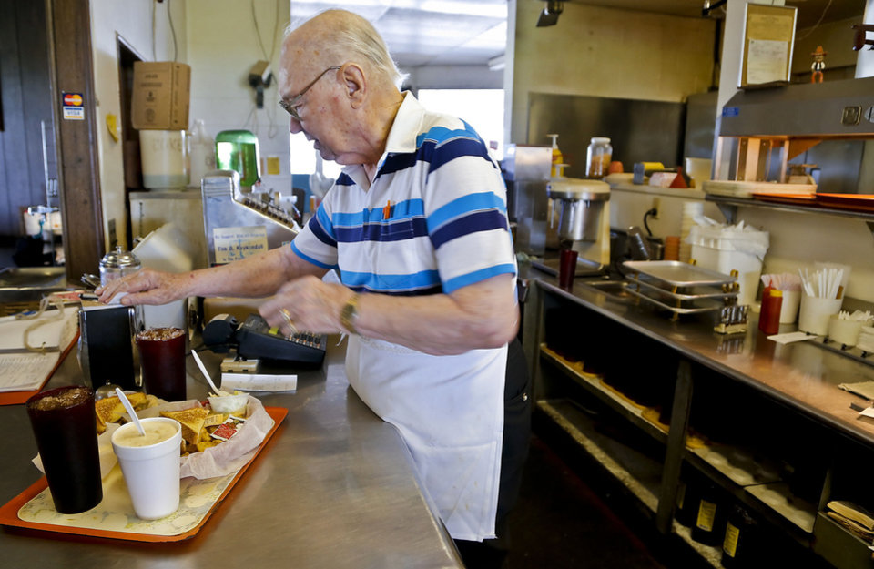 Owner Johnny Ballard prepares lunch at Ballard's Drive-In in Pauls Valley. <strong>CHRIS LANDSBERGER - THE OKLAHOMAN</strong>