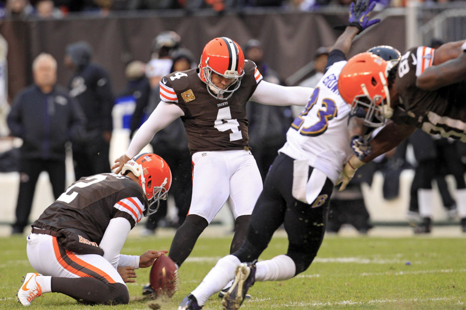 Photo -   Cleveland Browns place kicker Phil Dawson (4) boots a 41-yard field goal from the hold of Reggie Hodges (2) in the fourth quarter of an NFL football game against the Baltimore Ravens, Sunday, Nov. 4, 2012, in Cleveland. (AP Photo/Tony Dejak)