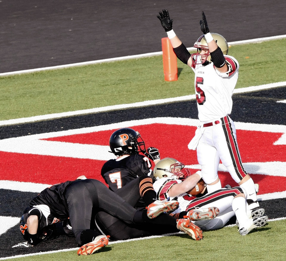 Photo - CLASS 2A HIGH SCHOOL FOOTBALL PLAYOFFS: Lincoln Christian's Sam Doerner gives the touchdown signal after teammate Matt Lawwill (30) scores during the third quarter of the Bulldogs' Class 2A semifinal matchup against Pawhuska, at Skiatook High School, in Skiatook, on Saturday Dec. 5, 2009. CORY YOUNG/Tulsa World ORG XMIT: DTI0912051733371859