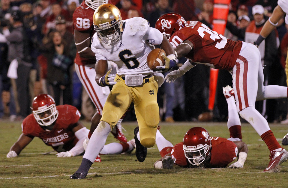 Photo - Notre Dame 's Theo Riddick (6) cuts through the Sooner defense to score a touchdown to put the Irish up 30-13 during the college football game between the University of Oklahoma Sooners (OU) and the Notre Dame Fighting Irish at the Gaylord Family-Oklahoma Memorial Stadium on Saturday, Oct. 27, 2012, in Norman, Okla. Photo by Chris Landsberger, The Oklahoman