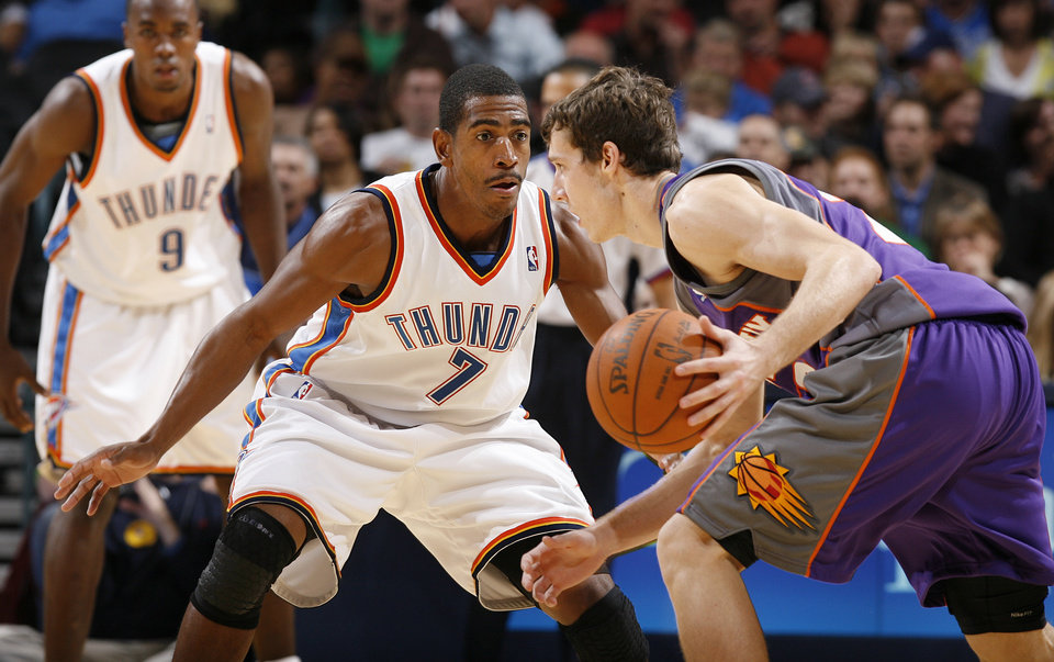 Photo - Kevin Ollie (7) defends on Phoenix's Goran Dragic (2) during the preseason NBA basketball game between the Oklahoma City Thunder and the Phoenix Suns at the Ford Center on Monday, Oct. 12, 2009, in Oklahoma City, Okla.    Photo by Chris Landsberger, The Oklahoman. ORG XMIT: KOD