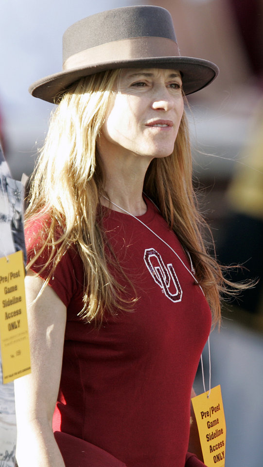 Photo - Actress Holly Hunter watches from the sideline before the start of the first half of the college football game between  the University of Oklahoma Sooners (OU) and the University of Missouri Tigers (MU) at the Gaylord Family Oklahoma Memorial Stadium on Saturday, Oct. 13, 2007, in Norman, Okla. By STEVE GOOCH, The Oklahoman