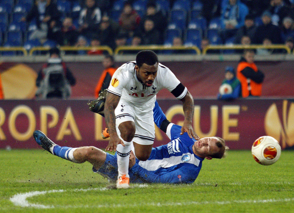 Photo - Tottenham's Danny Rose, top, challenges for the ball against Roman Zozulya  of Ukrainian Dnipro, during their Europa League round of 32, first leg soccer match at GSP Stadium in Dnipropetrovsk, Ukraine, Thursday, Feb. 20, 2014. (AP Photo/Sergei Kozin)