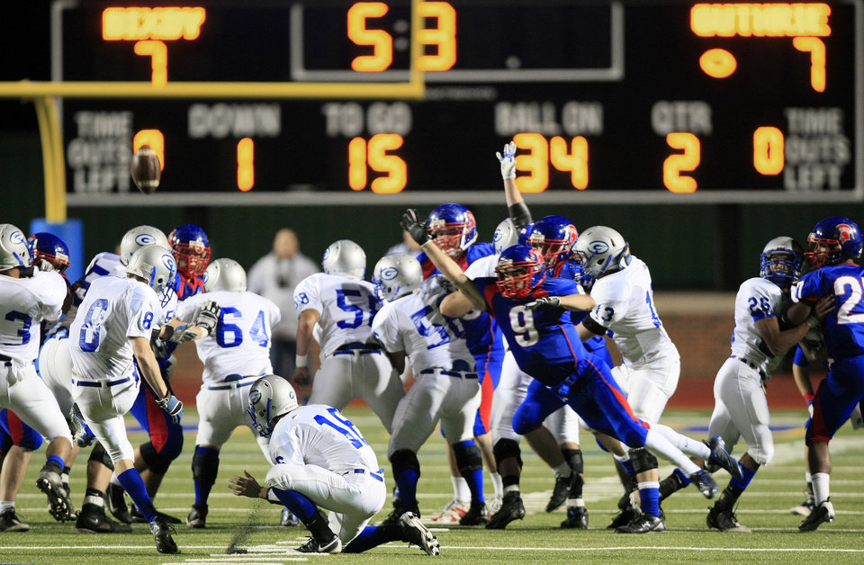 Photo - HIGH SCHOOL FOOTBALL: With the game tied at 7-7, Guthrie's Hank Hudson (8) misses a field goal with less than six seconds to go in the first half at Pioneer Stadium in Stillwater, Friday, Nov. 27, 2009. STEPHEN HOLMAN/Tulsa World
