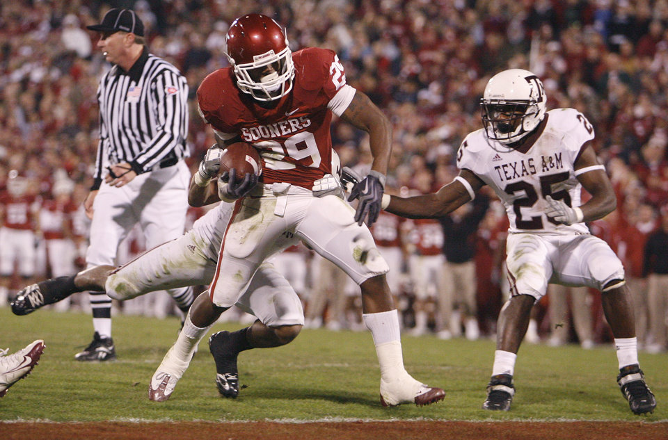Photo - Oklahoma's Chris Brown (29) makes his way into the endzone past Texas A&M's Jordan Pugh (25) during the second half of the college football game between the University of Oklahoma Sooners (OU) and the Texas A&M Aggies at Gaylord Family-Memorial Stadium on Saturday, Nov. 14, 2009, in Norman, Okla. 