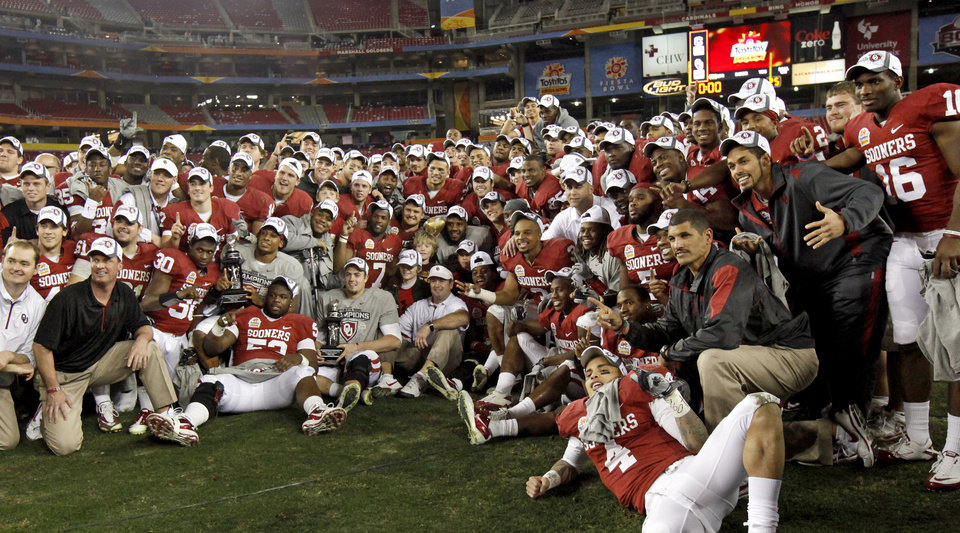 Photo - The OU team poses for a photo after the Fiesta Bowl college football game between the University of Oklahoma Sooners and the University of Connecticut Huskies in Glendale, Ariz., at the University of Phoenix Stadium on Saturday, Jan. 1, 2011.  Photo by Bryan Terry, The Oklahoman
