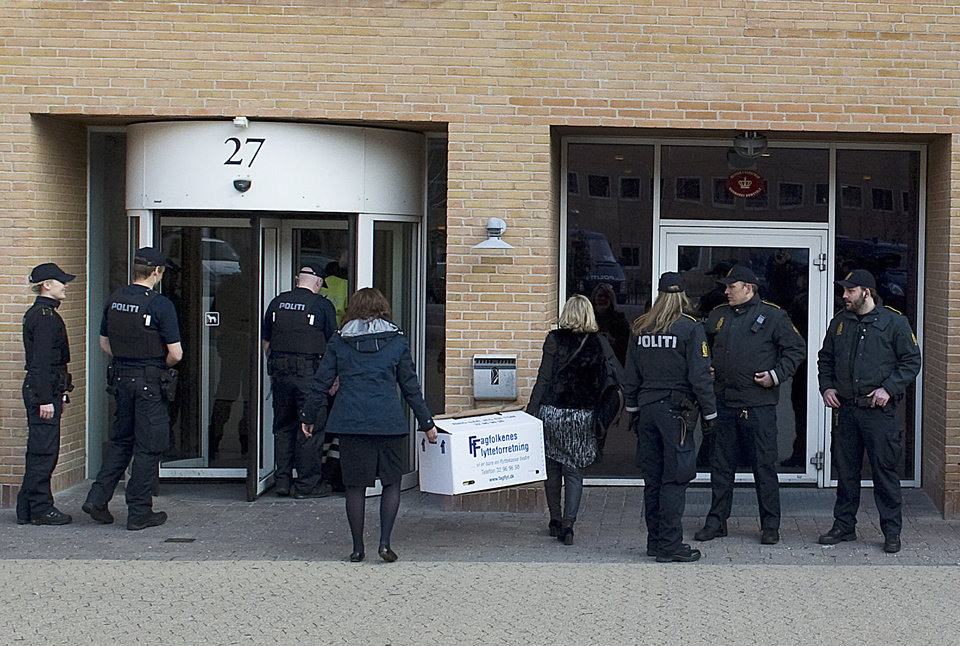 Photo -   Danish Police secure the entrance as lawyer assistants arrive at the court in Copenhagen, Denmark, Friday April 13, 2012, carrying an evidence box prior to the start of a court case against four men accused of terrorism and illegal possession of weaponry. The terror trial of four Swedes accused of plotting a revenge attack on Danish newspaper Jyllands-Posten that printed caricatures of the Prophet Muhammad, started Friday in Denmark, with a heavily armed police presence. (AP PHOTO/POLFOTO, Kenneth Meyer) DENMARK OUT