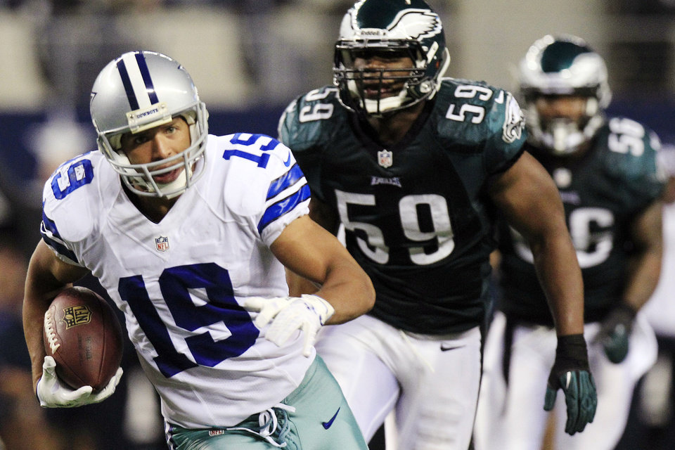 Photo - Dallas Cowboys wide receiver Miles Austin (19) carries the ball past Philadelphia Eagles middle linebacker DeMeco Ryans (59) for a touchdown during the second half of an NFL football game, Sunday, Dec. 2, 2012, in Arlington, Texas. (AP Photo/LM Otero)