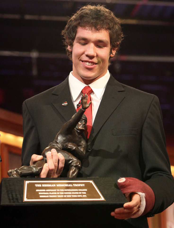 Photo - QUARTERBACK / OU / COLLEGE FOOTBALL / HEISMAN TROPHY WINNER / WIN: University of Oklahoma football player Sam Bradford holds the Heisman Trophy after he was presented the award at a ceremony Saturday, Dec. 13, 1008 in New York.  (AP Photo/Kelly Kline, Pool) ** POOL PHOTO ** ORG XMIT: NY201