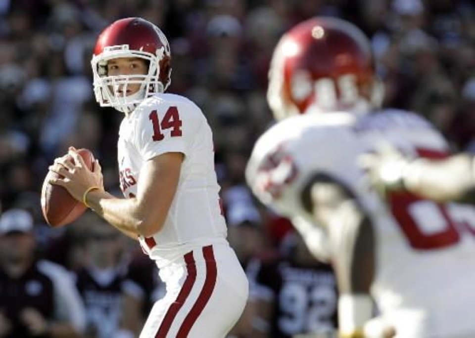 OU quarterback Sam Bradford looks to pass to Ryan Broyles in the first quarter during the college football game between the University of Oklahoma ( OU) and  Texas A&M University (TAMU) at Kyle Field in College Station,  Texas, Saturday, Nov. 8, 2008. BY NATE BILLINGS, THE OKLAHOMAN