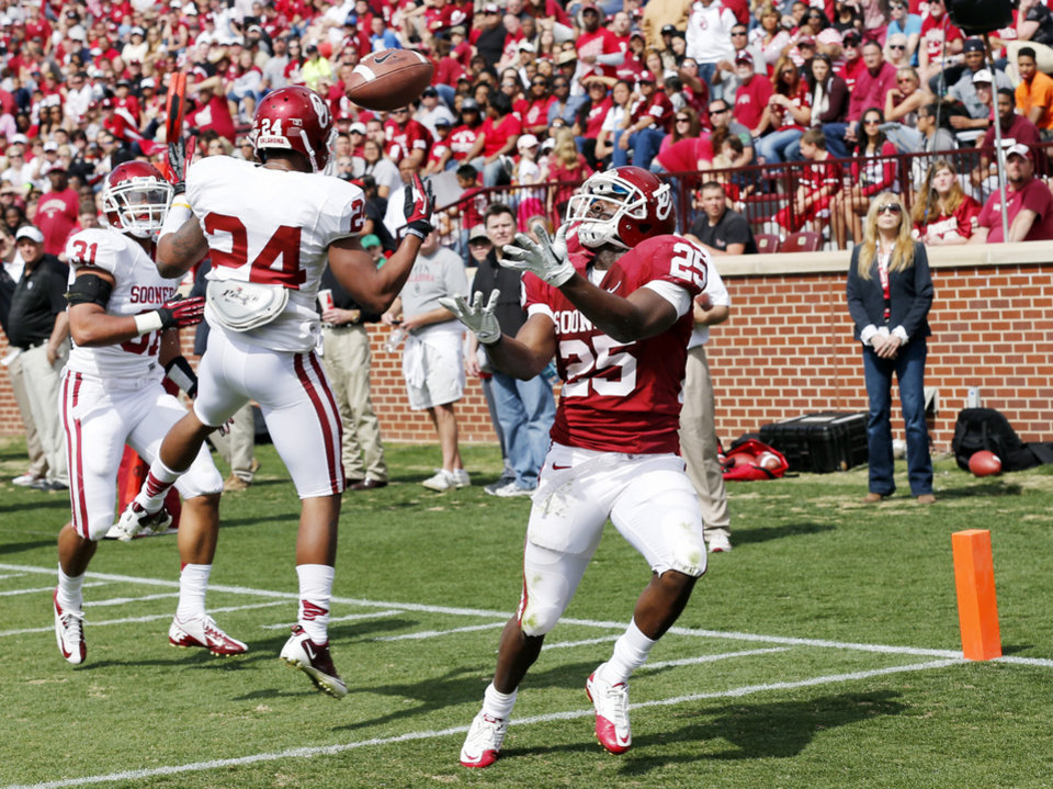 Photo - David Smith (25) scores on a pass play during the annual Spring Football Game at Gaylord Family-Oklahoma Memorial Stadium in Norman, Okla., on Saturday, April 13, 2013. Photo by Steve Sisney, The Oklahoman