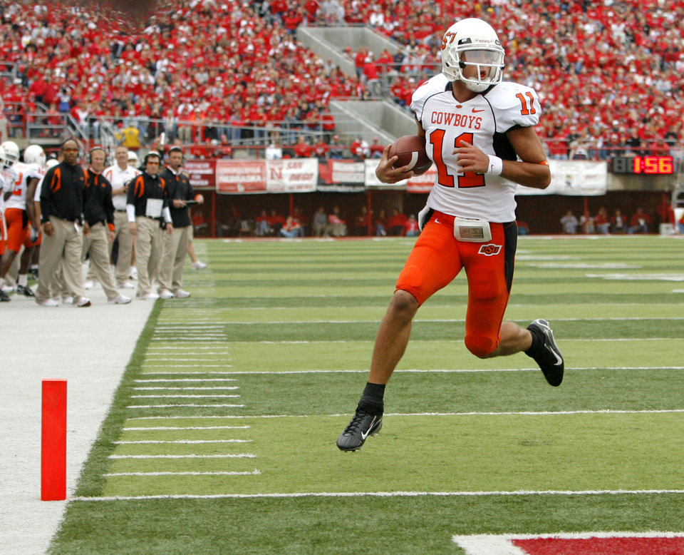 Photo - OSU's Zac Robinson (11) runs for a touchdown in the second quarter during the college football game between Oklahoma State University (OSU) and the University of Nebraska (NU) at Memorial Stadium in Lincoln, Neb., Saturday, October 13, 2007. By Nate Billings, The Oklahoman