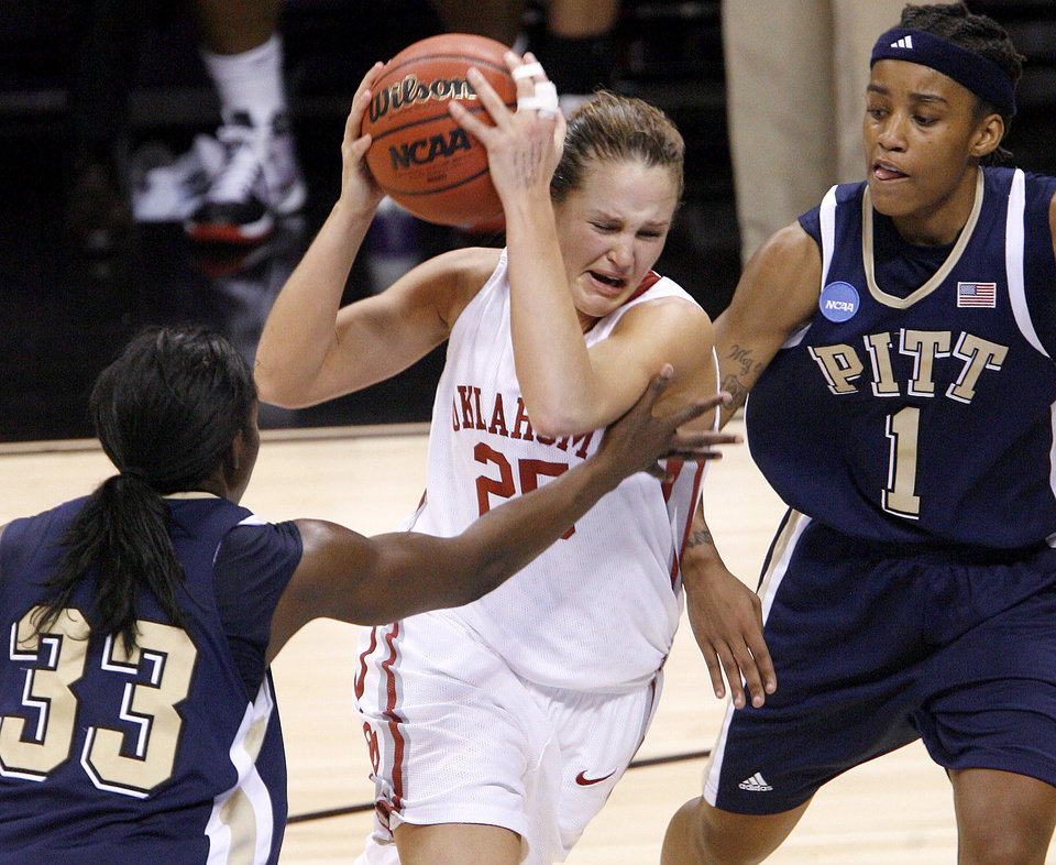 Photo - OU's Whitney Hand drives between Pittsburgh's Xenia Stewart, left, and Shavonte Zellous during the NCAA women's basketball tournament game between Oklahoma and Pittsburgh at the Ford Center in Oklahoma City, Sunday, March 29, 2009.  PHOTO BY BRYAN TERRY, THE OKLAHOMAN