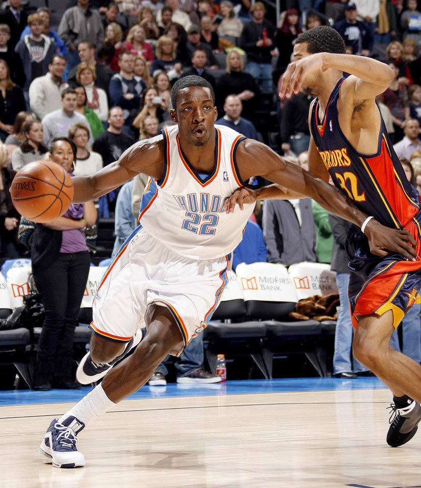 Photo - Oklahoma City's Jeff Green (22) drives to the basket past the Warriors' Brandan Wright (32) during the NBA basketball game between the Oklahoma City Thunder and Golden State Warriors, Wednesday, Dec. 31, 2008, at the Ford Center in Oklahoma City. PHOTO BY SARAH PHIPPS, THE OKLAHOMAN ORG XMIT: KOD